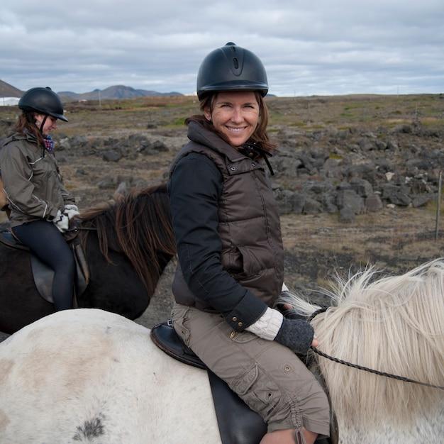 Femme souriante à cheval Photo Premium