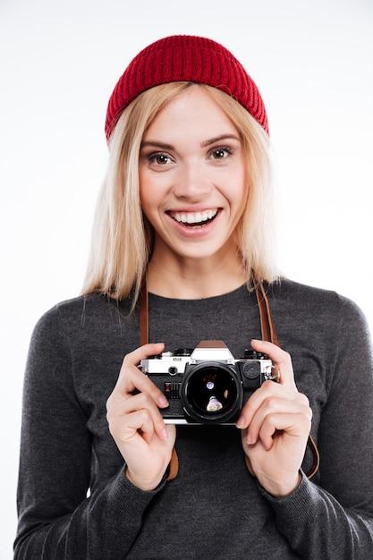 Femme Souriante Dans Des Vêtements Décontractés, Debout Et Tenant Une Caméra Rétro Photo gratuit