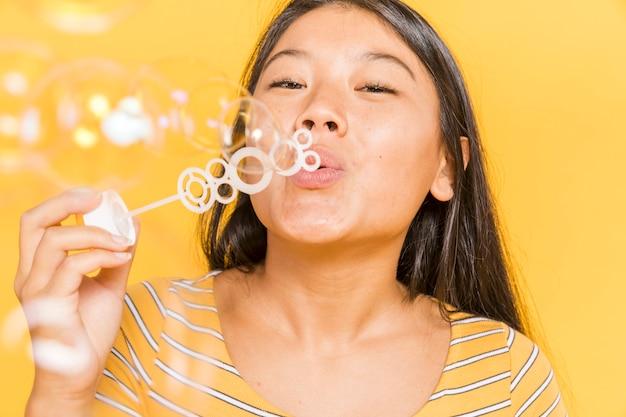Femme souriante et faire des bulles Photo gratuit