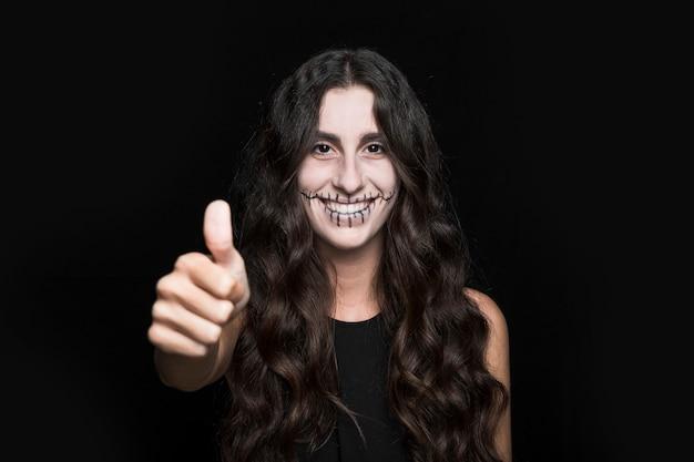 Femme souriante montrant bien Photo gratuit