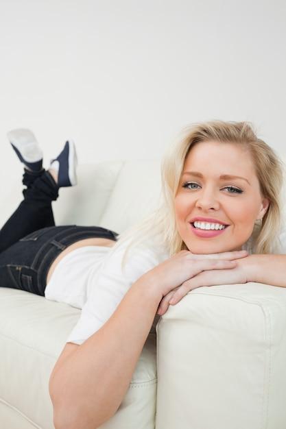 Femme souriante en position couchée Photo Premium