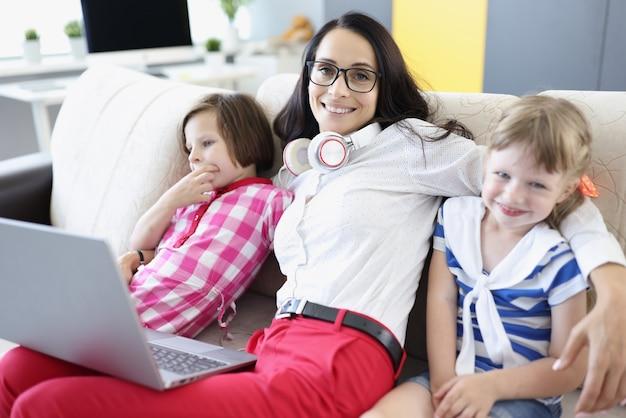 Femme Souriante Avec Ses Enfants Photo Premium