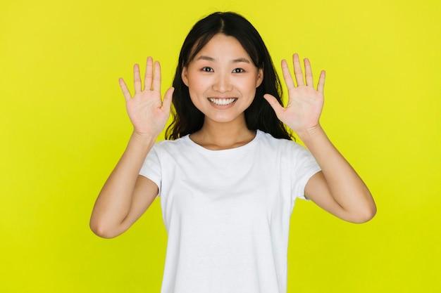 Femme souriante vue de face être surpris Photo gratuit