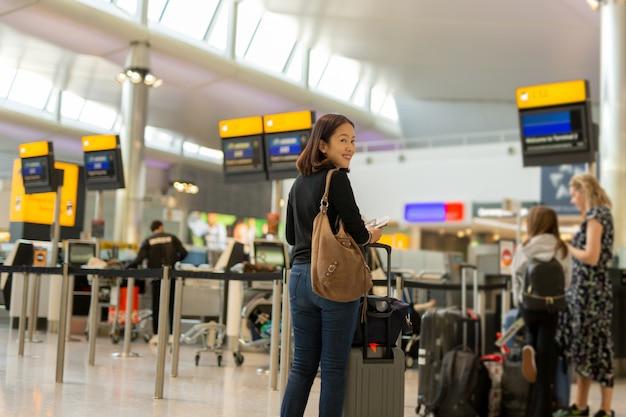 Femme, Sourire, Main, Passeport, Passe, Embarquement, Aéroport International Photo Premium