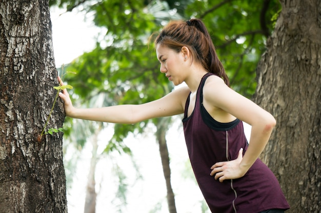 Femme de sport asiatique est essayé et reste après avoir couru dans le parc Photo Premium