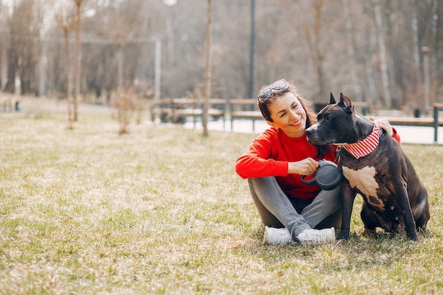 Femme sportive dans le parc du printemps Photo gratuit