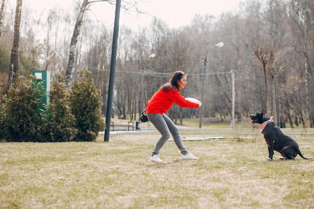 Femme sportive dans le parc Photo gratuit