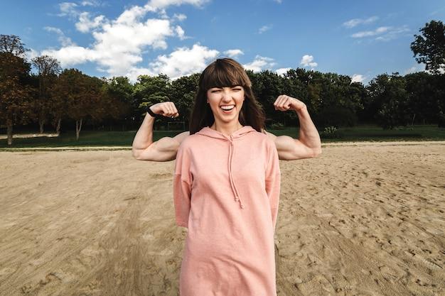 Femme sportive énergique et sportive porte des sourires de sport rose Photo Premium