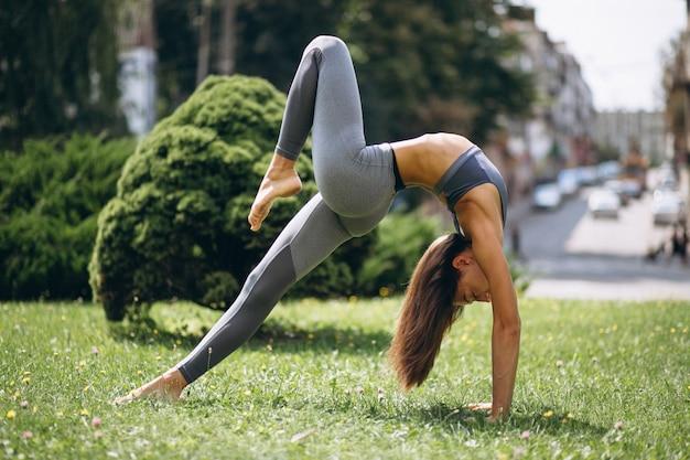 Femme sportive exerçant dans le parc Photo gratuit
