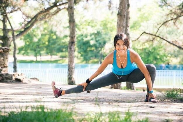 Femme Sportive Faisant Des Exercices D'étirement Dans Le Parc Photo Premium
