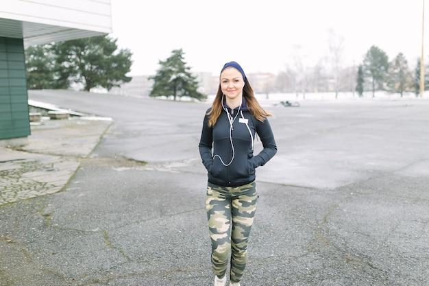 Femme sportive marchant sur la formation Photo gratuit