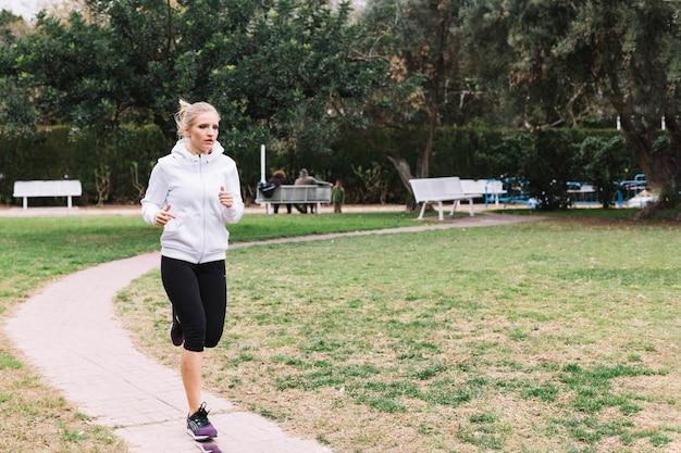 Femme sportive qui court dans le parc  ef637ff9ff3
