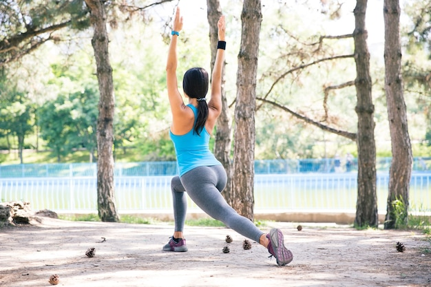Femme Sportive Qui S'étend Dans Le Parc Photo Premium
