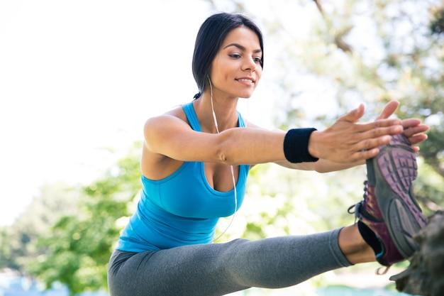 Femme Sportive Qui S'étend Des Jambes Dans Le Parc Photo Premium