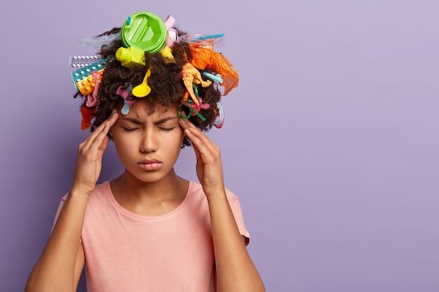 Femme Stressante Fatiguée Posant Avec Des Ordures Dans Ses Cheveux Photo gratuit