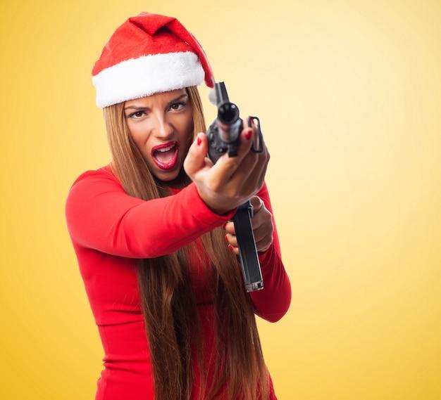 Femme stressé tenant un pistolet Photo gratuit