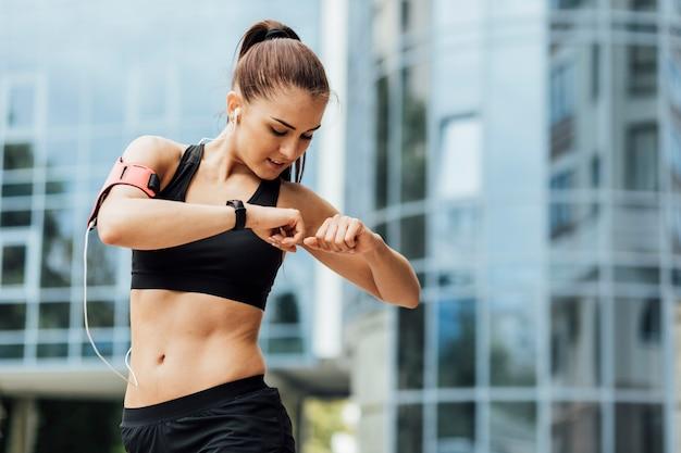 Femme, stretching, verre, bâtiment, derrière Photo gratuit