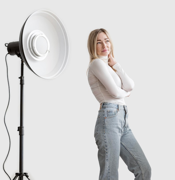 Femme Et Studio Lampe Photo Art Concept Photo gratuit