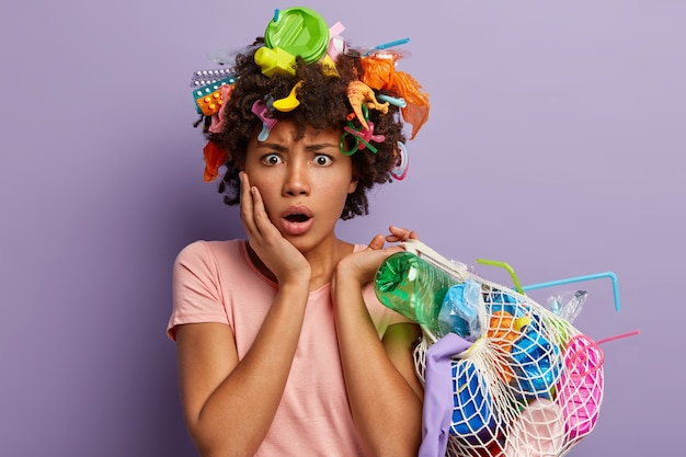 Femme Stupéfaite Perplexe Posant Avec Des Ordures Dans Ses Cheveux Photo gratuit