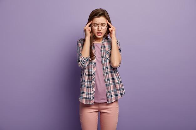 Femme Surmenée Stressante Garde Les Doigts Sur Les Tempes, Souffre De Maux De Tête Ou De Migraine Photo gratuit