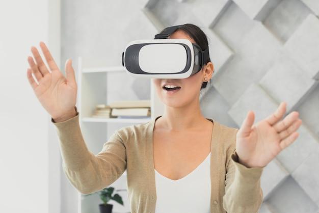 Femme surprise avec casque virtuel Photo gratuit