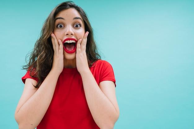 Femme surprise et excitée Photo gratuit