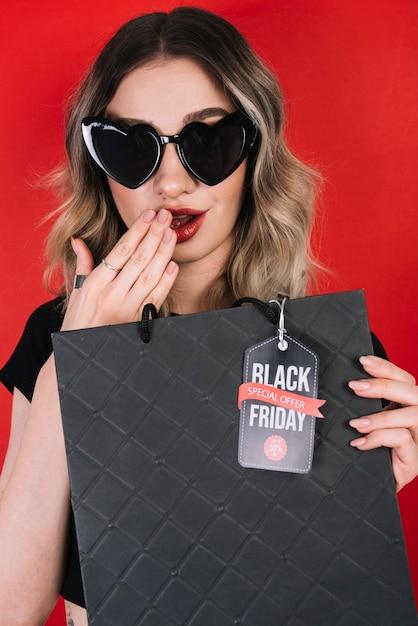 Femme surprise par des offres le vendredi noir Photo gratuit