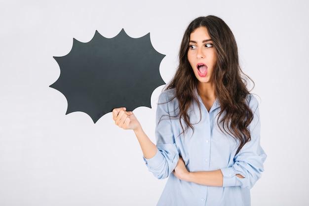 Femme surprise présentant une bulle de discours Photo gratuit