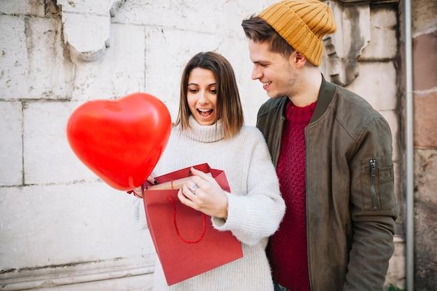 Femme Surprise Recevant Le Cadeau De L'homme Photo gratuit