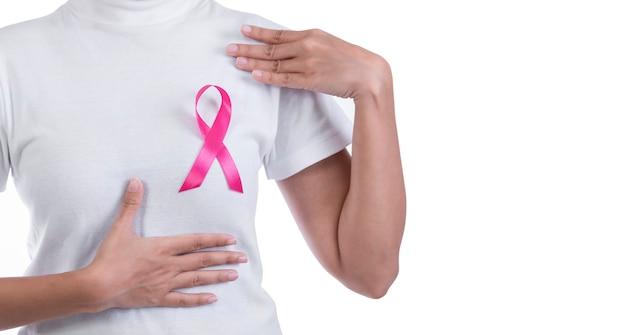 Femme en t-shirt blanc avec ruban rose sur la poitrine Photo Premium