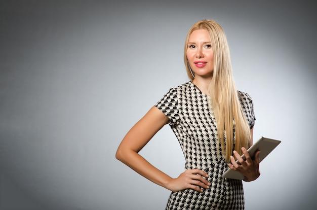 Femme avec tablette en concept d'affaires Photo Premium