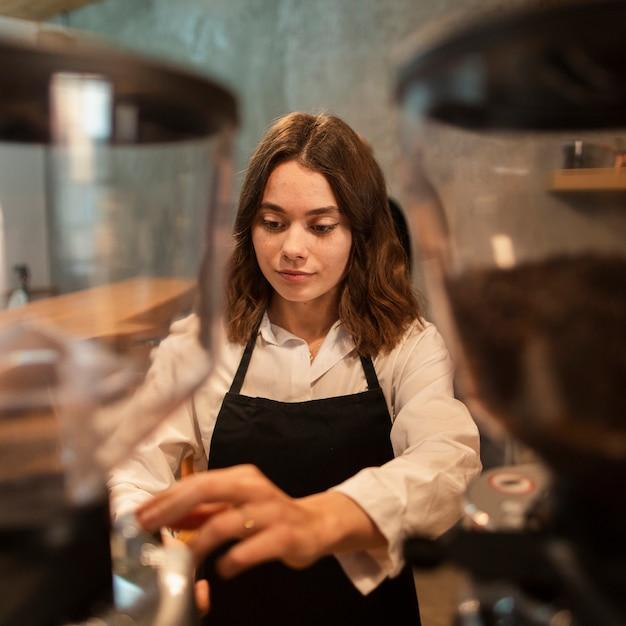 Femme, tablier, café Photo gratuit