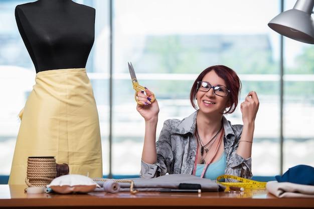 Femme tailleur travaillant sur de nouveaux vêtements Photo Premium