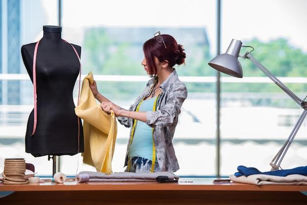 Femme tailleur travaillant à son bureau Photo Premium