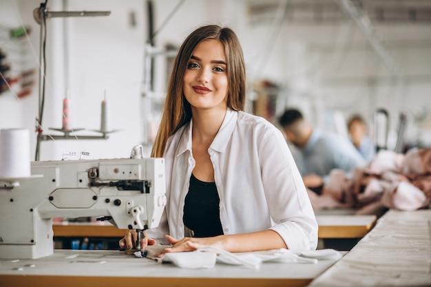 Femme tailleur travaillant à l'usine de couture Photo gratuit