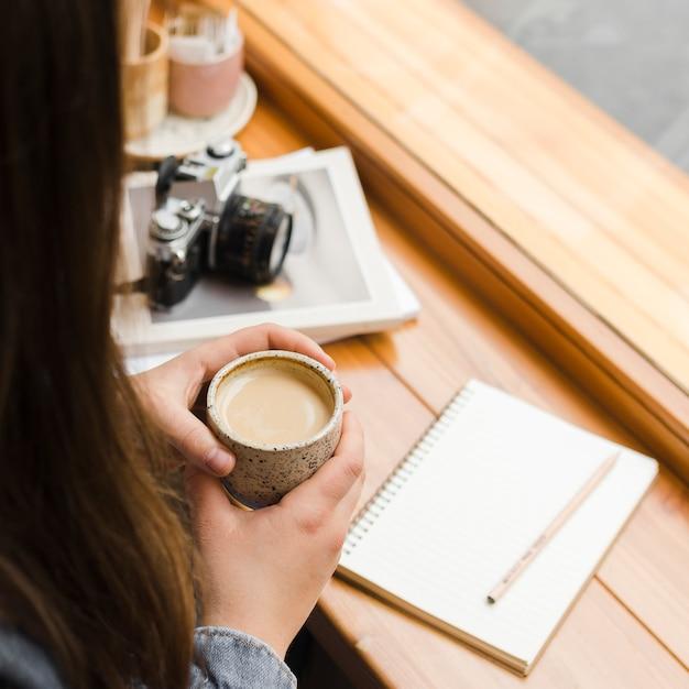 Femme, à, A, Tasse Café Photo gratuit