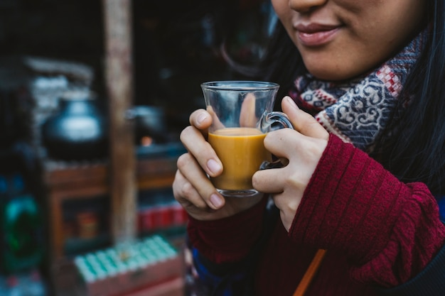 Femme avec une tasse de masala chai Photo Premium