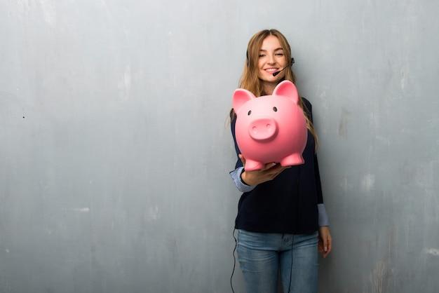 Femme de télémarketing tenant une tirelire Photo Premium