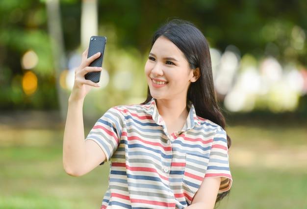 Femme téléphone heureux souriant jeunes filles prenant selfie Photo Premium