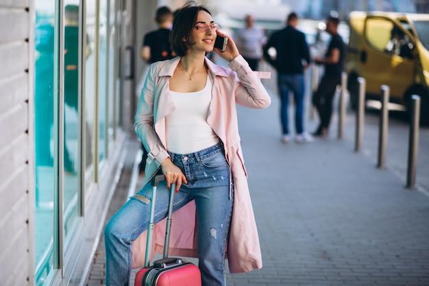Femme avec téléphone voyageant Photo gratuit