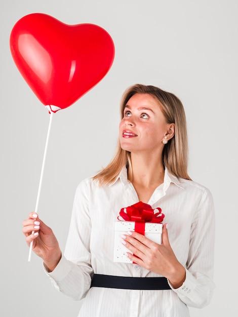 Femme Tenant Un Ballon Et Un Cadeau Pour La Saint-valentin Photo gratuit