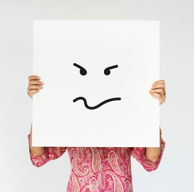 Femme tenant une bannière en colère couvre son visage Photo gratuit