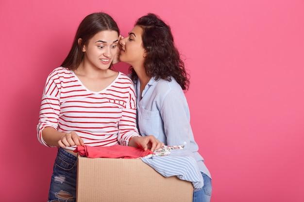 Femme Tenant Une Boîte De Don Avec Plein De Vêtements Photo Premium
