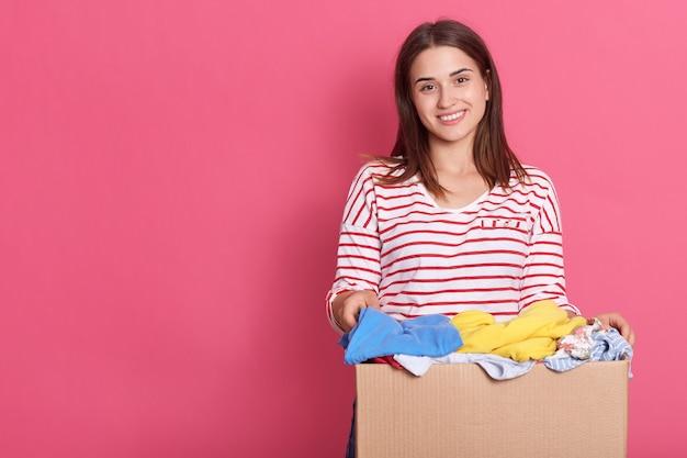 Femme Tenant Une Boîte Pleine De Vêtements Photo Premium