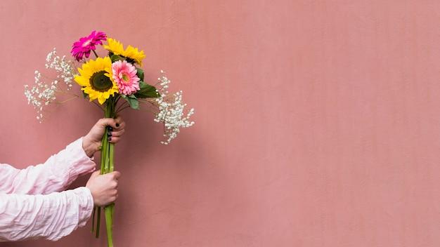 Femme Tenant Un Bouquet De Fleurs Fraîches Photo gratuit