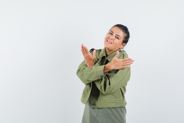 Femme Tenant Les Bras Croisés En Veste, T-shirt Et à La Confiance. Photo gratuit