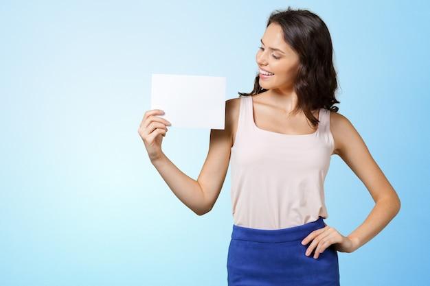 Femme tenant une carte vierge. Photo Premium