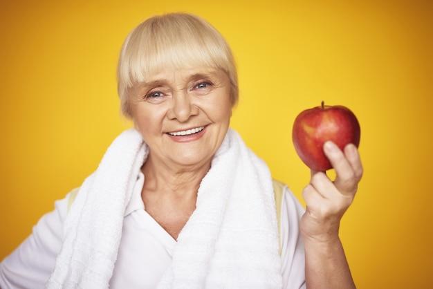 Femme tenant une diète pour femme âgée fitness femme. Photo Premium