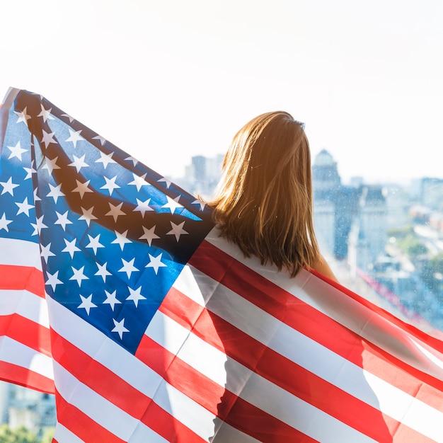 Femme tenant le drapeau américain Photo gratuit