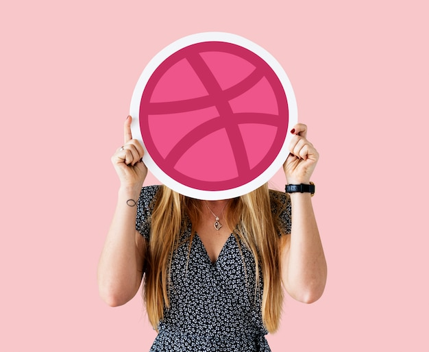 Femme tenant une icône de dribbble Photo gratuit